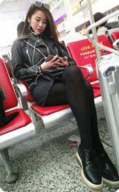 高铁候车室丝袜美女