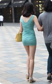 街拍超短裙,紧身衣少妇
